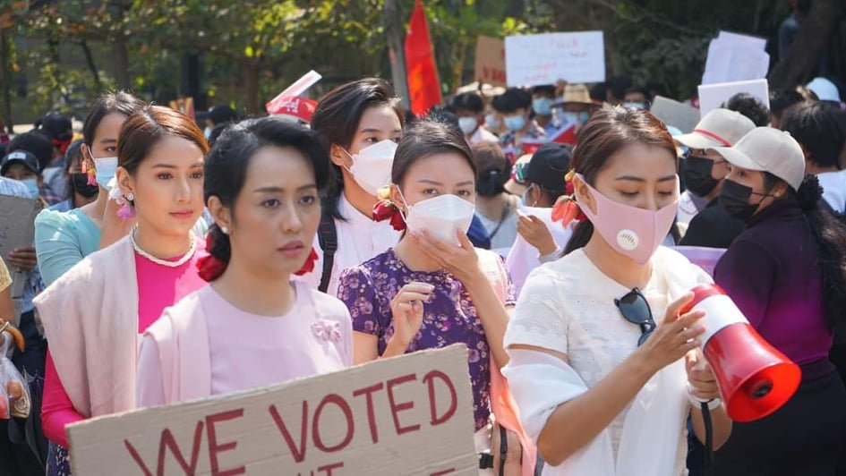 Mya Hnin Lwin protests with the fashion of Daw Aung San Su Kyi